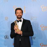 Hugh Jackman posando en los Globos de Oro 2013 como Mejor actor de comedia