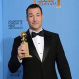 Mark Andrews en los Globos de Oro 2013 con el galardón de 'Brave'