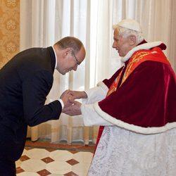 Alberto de Mónaco saluda al Papa Benedicto XVI en El Vaticano