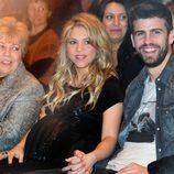 Gerard Piqué y Shakira con su madre en la presentación del libro de William Mebarak