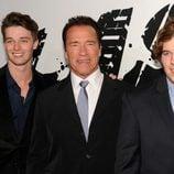 Arnold Schwarzenegger con sus hijos en el estreno de 'El último desafío'