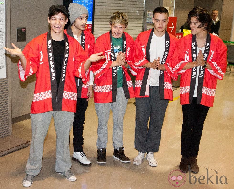 One Direction con el traje típico japonés en el aeropuerto de Narita en Japón