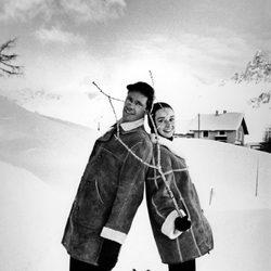 Audrey Hepburn en la nieve junto a Mel Ferrer