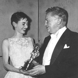 Audrey Hepburn recibiendo su primer Oscar en 1954