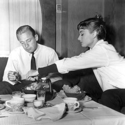 Audrey Hepburn junto a William Holden en 'Sabrina'