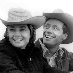 Audrey Hepburn con un sombrero junto a su esposo Mel Ferrer