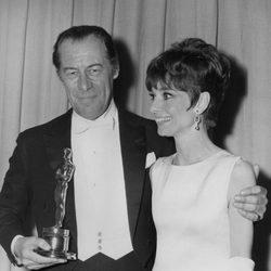 Audrey Hepburn entregando un Oscar a Rex Harrison en 1965
