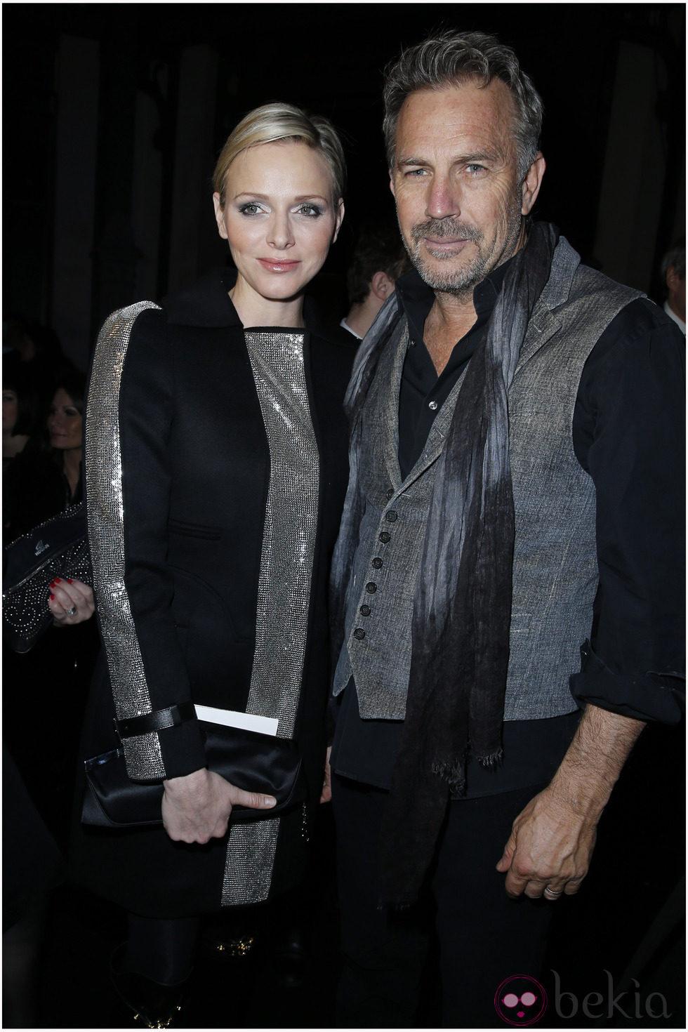 Charlene de Mónaco y Kevin Costner en la Semana de la Moda de París otoño/invierno 2013/2014