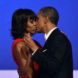 Barack y Michelle Obama dándose un beso en el baile inaugural del segundo mandato de Obama