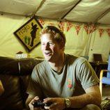 El Príncipe Harry jugando a la consola durante su estancia en Afganistán