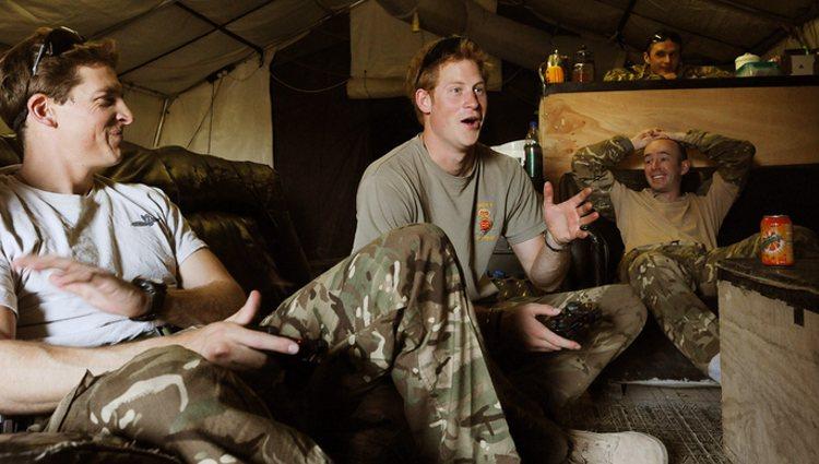 El Príncipe Harry charlando con sus compañeros del ejército británico en Afganistán