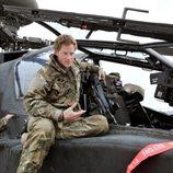 El Príncipe Harry junto a un helicóptero Apache en Afganistán