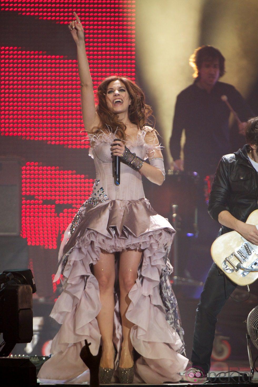 Leire Martínez durante su actuación con La Oreja de Van Gogh en los Premios 40 Principales 2012