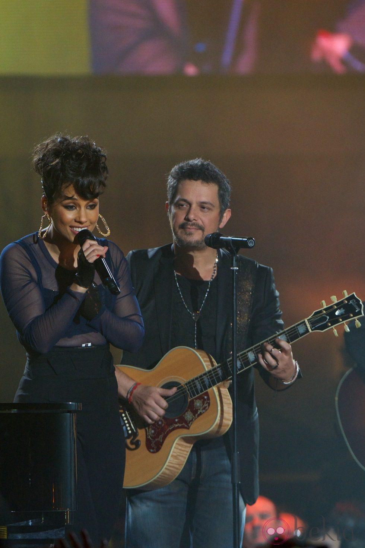 Alicia Keys y Alejandro Sanz actuando en los Premios 40 Principales 2012