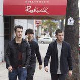 Nick Jonas, Joe Jonas y Kevin Jonas dando un pequeño paseo juntos