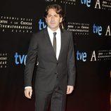 Antonio Garrido en la entrada de la cena de los nominados a los Goya 2013
