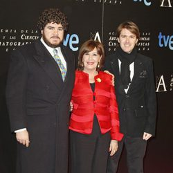 Concha Velasco y sus hijos en la entrada de la cena de los nominados a los Goya 2013