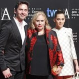 Paco León, Carmina Barrios y María León en la entrada de la cena de los nominados a los Goya 2013