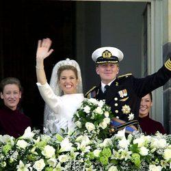 Guillermo y Máxima de Holanda saludan tras su boda en 2002