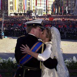 Guillermo y Máxima de Holanda besándose el día de su boda