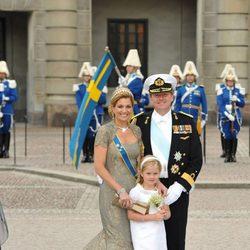 Guillermo y Máxima de Holanda con la Princesa Amalia en la boda de Victoria de Suecia