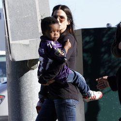 Sandra Bullock y su hijo Louis en la Super Bowl 2013
