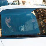 Pilar Rubio y Sergio Ramos subidos en el coche del futbolista