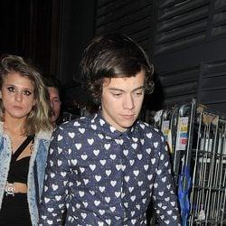 Harry Styles a la salida de su fiesta de diecinueve cumpleaños
