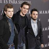 Álvaro Cervantes, Marc Clotet y Juan Antonio Bayona en el estreno de 'Mamá'