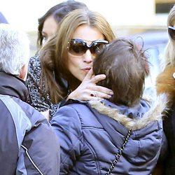Paula Echevarría recibe el pésame de una mujer en el funeral de su abuela en Candás