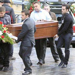 David Bustamante porta el féretro de la abuela de Paula Echevarría en su funeral