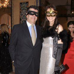 María Jesús Ruiz y José María Gil Silgado en un baile de máscaras en Sevilla