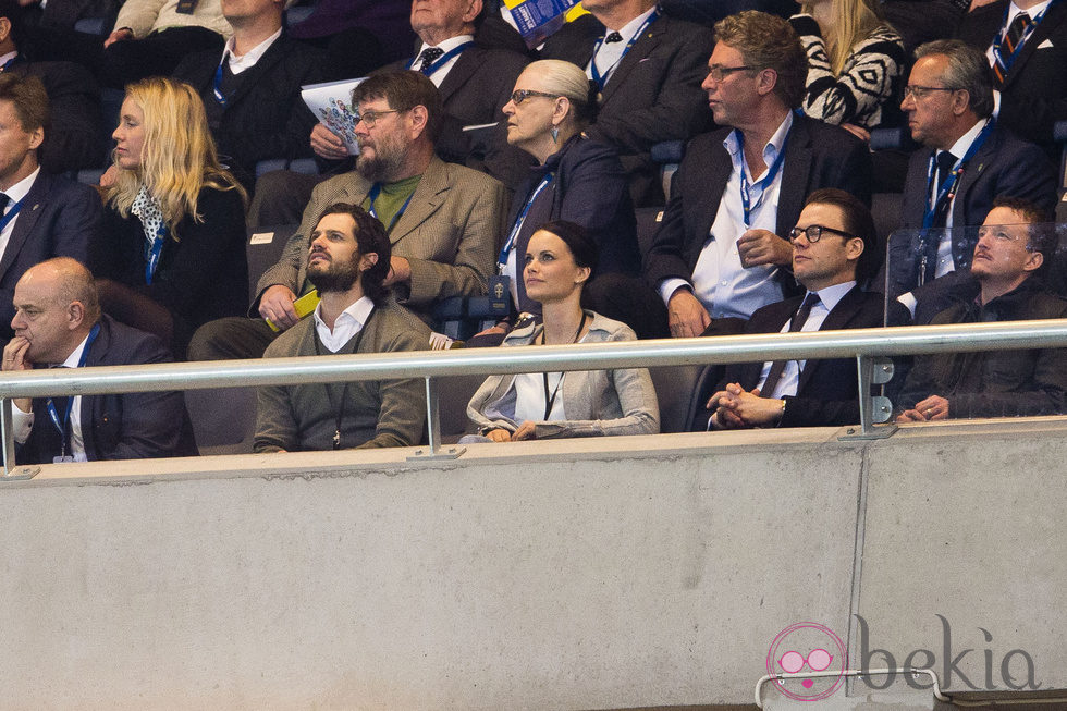 El Príncipe Daniel, Carlos Felipe de Suecia y Sofia Hellqvist en un partido de fútbol