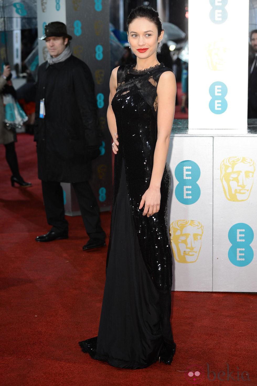 Olga Kurylenko en la alfombra roja de los BAFTA 2013