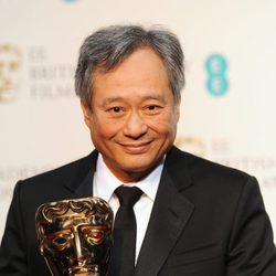 Ang Lee con el BAFTA 2013 de 'La vida de Pi'