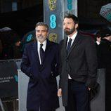 George Clooney y Ben Affleck en la alfombra roja de los BAFTA 2013