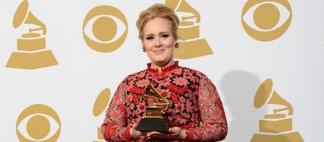 Adele posando con su Grammy 2013