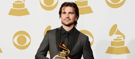 Juanes posando con su Grammy 2013