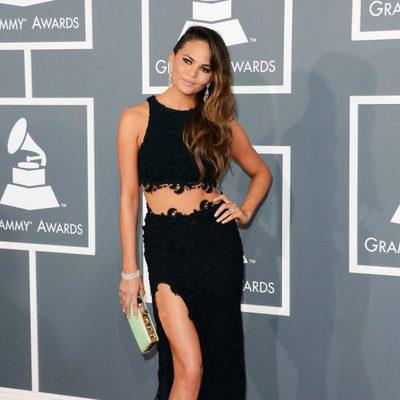 Chrissy Teigen en la alfombra roja de los Grammy 2013