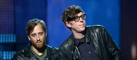 Patrick Carney y Dan Auerbach, de The Black Keys, recogiendo el Grammy 2013