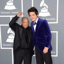 Quincy Jones y John Mayer en la alfombra roja de los Grammy 2013