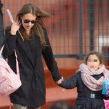 Paula Echevarría con su hija Daniella a la salida del colegio