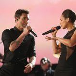 Adam Levine y Alicia Keys durante su actuación en los Grammy 2013