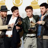 Mumford & Sons posan con sus Premios Grammy 2013