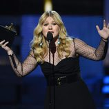 Kelly Clarkson recogiendo su Grammy 2013
