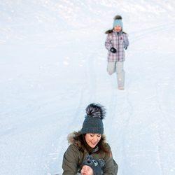 Mary de Dinamarca en la nieve de Suiza con las Princesas Isabel y Josefina