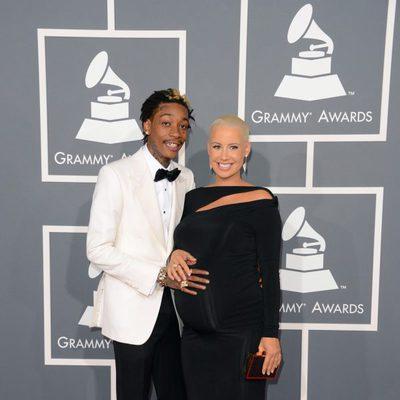Amber Rose y su novio Wiz Khalifa en la alfombra roja de los Grammy 2013