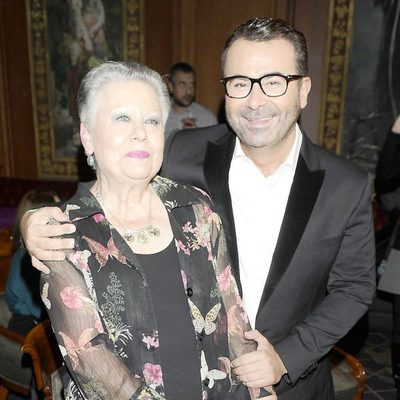 Jorge Javier Vázquez con su madre en la entrega del Libro de Oro por 'La vida iba en serio'