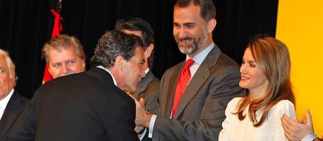 Antonio Banderas saluda a los Príncipes en la entrega de acreditaciones de los Embajadores de la Marca España
