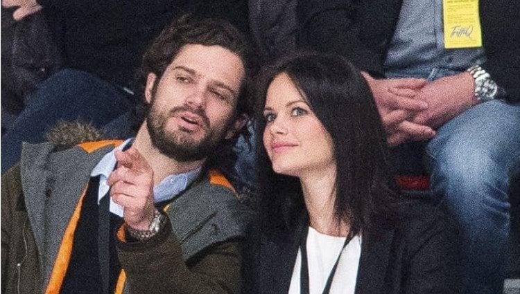 Carlos Felipe de Suecia y Sofia Hellqvist, muy cómplices en un partido de hockey